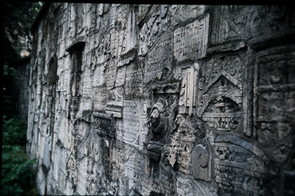 קיר המצבות בבית העלמין בקרקוב